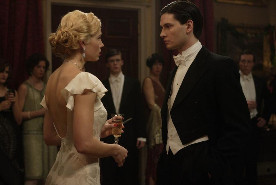 Jessica Biel as Larita and Ben Barnes as John in
